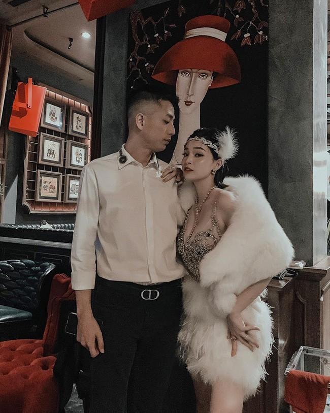 Hơn 10 năm yêu và chung sống bên nhau, Ngọc Mon và ông xã luôn dành cho nhau những cử chỉ ngọt ngào, lãng mạn như thuở mới yêu.