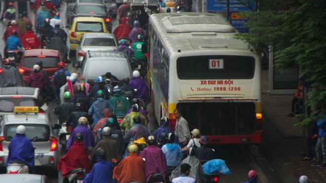 Chính phủ yêu cầu Hà Nội và TP. HCM loại bỏ xe cũ nát - 1