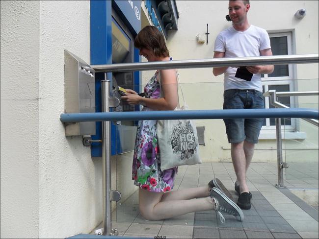 Cây ATM không dành cho người cao nhé.