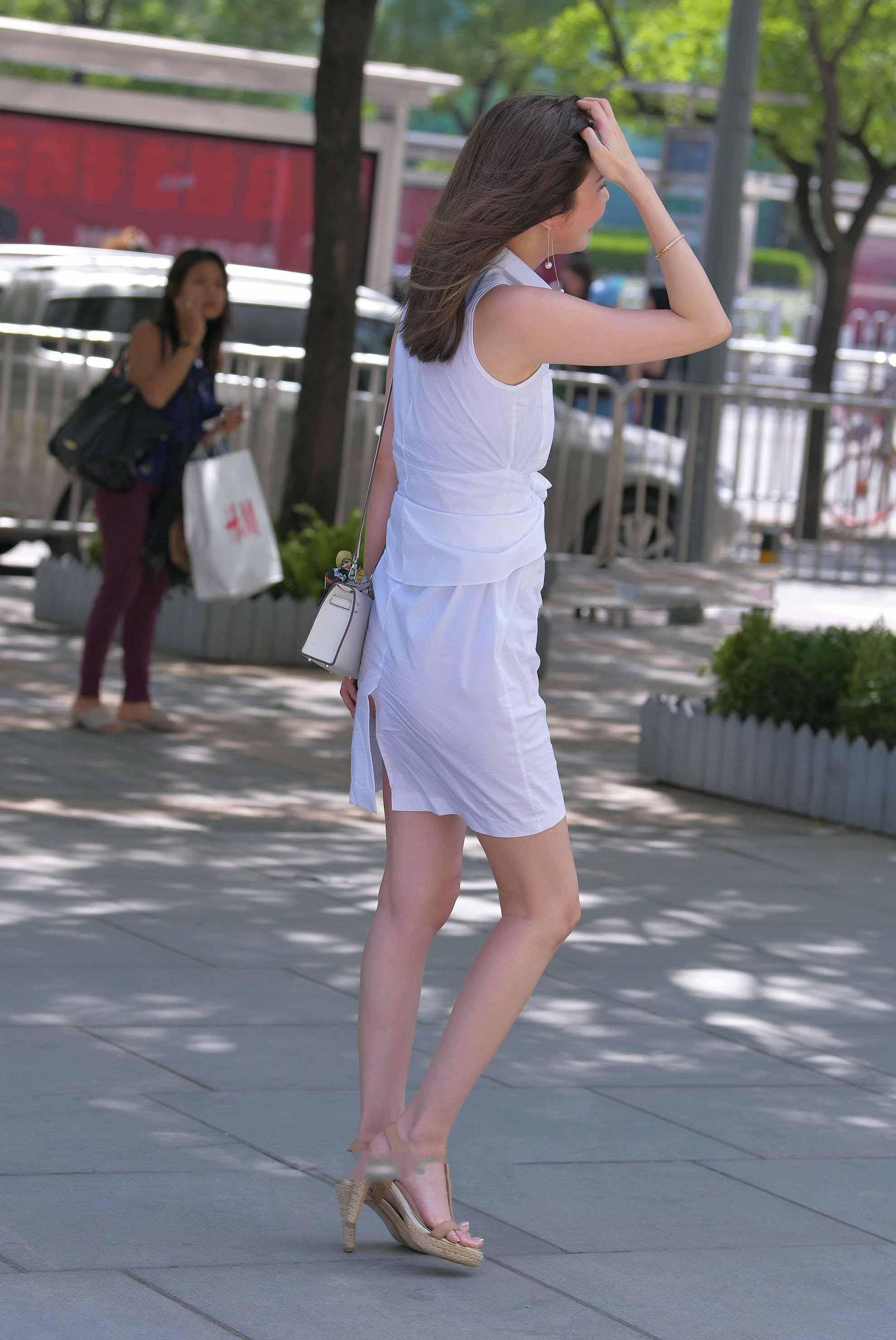 """Mê váy xẻ cao hiểm hóc, cô gái Bắc Kinh phải vừa đi vừa che giữa phố vì """"điểm chết người"""" - 3"""