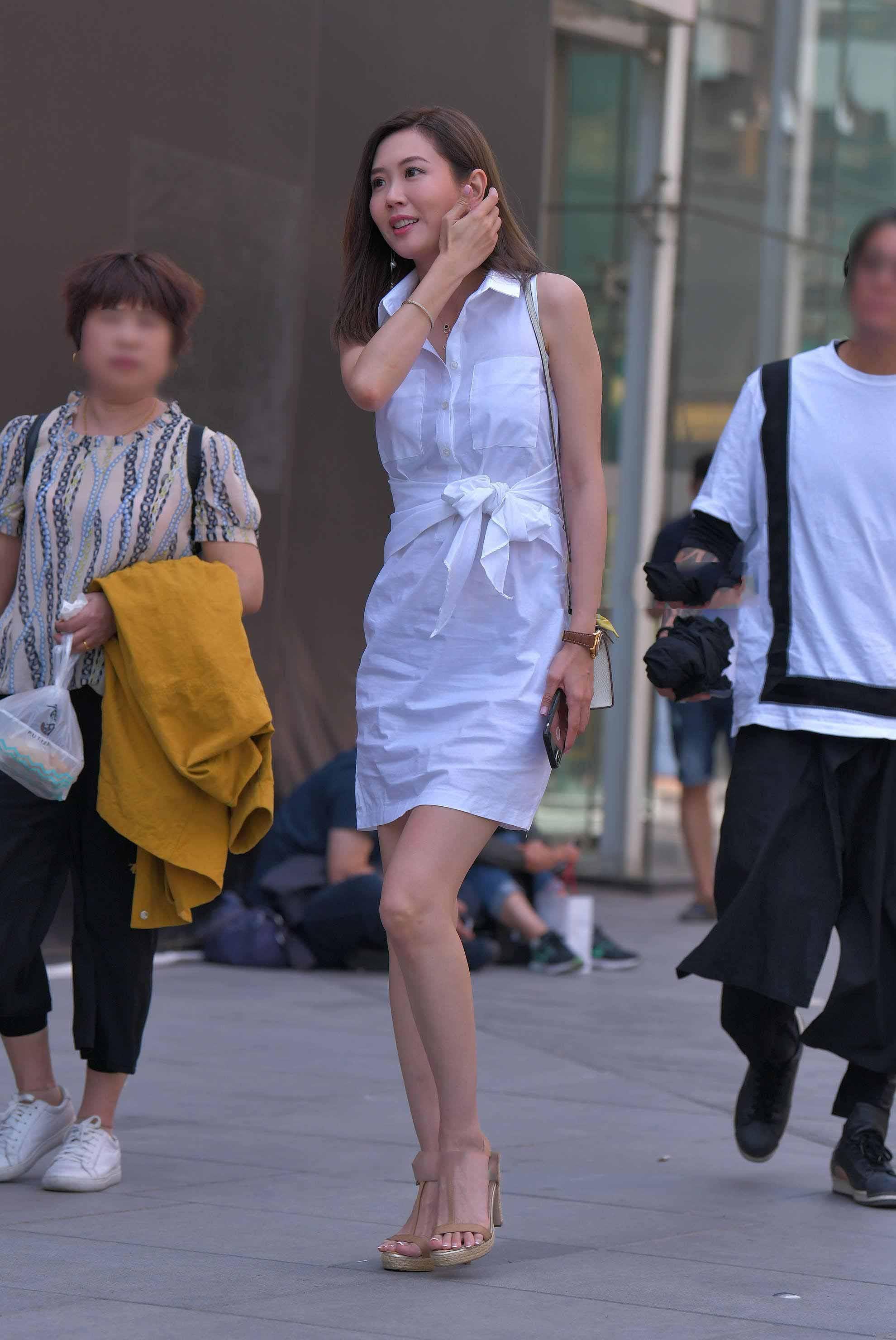 """Mê váy xẻ cao hiểm hóc, cô gái Bắc Kinh phải vừa đi vừa che giữa phố vì """"điểm chết người"""" - 4"""