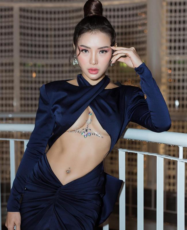 """Váy """"hở đúng chỗ hiểm"""" của chị em showbiz Việt ngày càng """"biến tướng"""" - 7"""