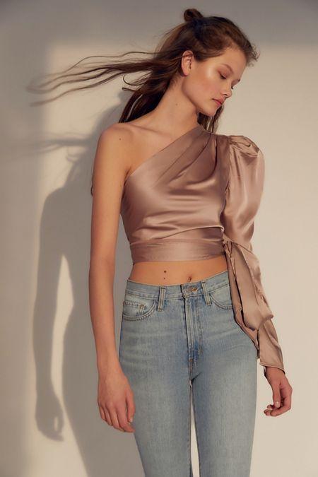 Áo lệch vai là điểm sáng của thời trang Xuân 2021 - 8
