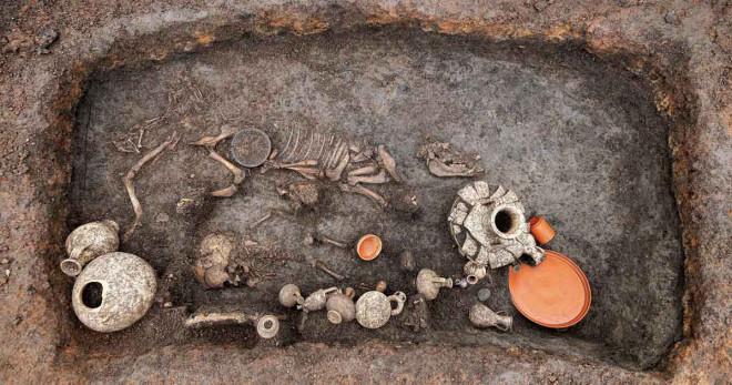 Đào sân bay, phát hiện hài cốt 2.000 năm chôn cùng... bàn tiệc BBQ - 1