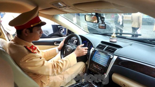 Cục CSGT kiểm định, gắn biển tạm thời cho hơn 100 xe phục vụ Đại hội XIII - 7