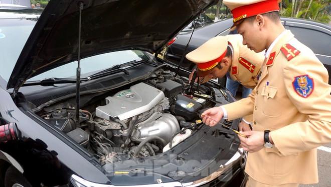 Cục CSGT kiểm định, gắn biển tạm thời cho hơn 100 xe phục vụ Đại hội XIII - 5