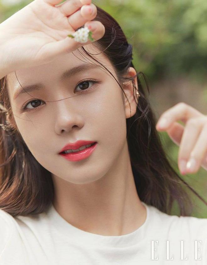 """Không hổ danh """"idol xinh như Hoa hậu"""", Jisoo cứ trang điểm mắt khói lại đẹp hút hồn - 1"""