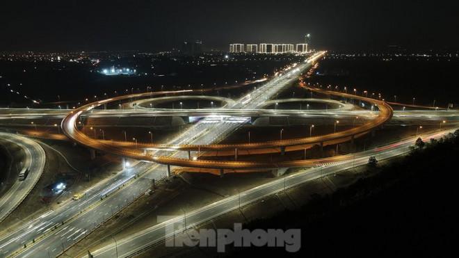 Mãn nhãn với cầu vượt 'trăm tỷ' ở Thủ đô lung linh trong đêm - 1