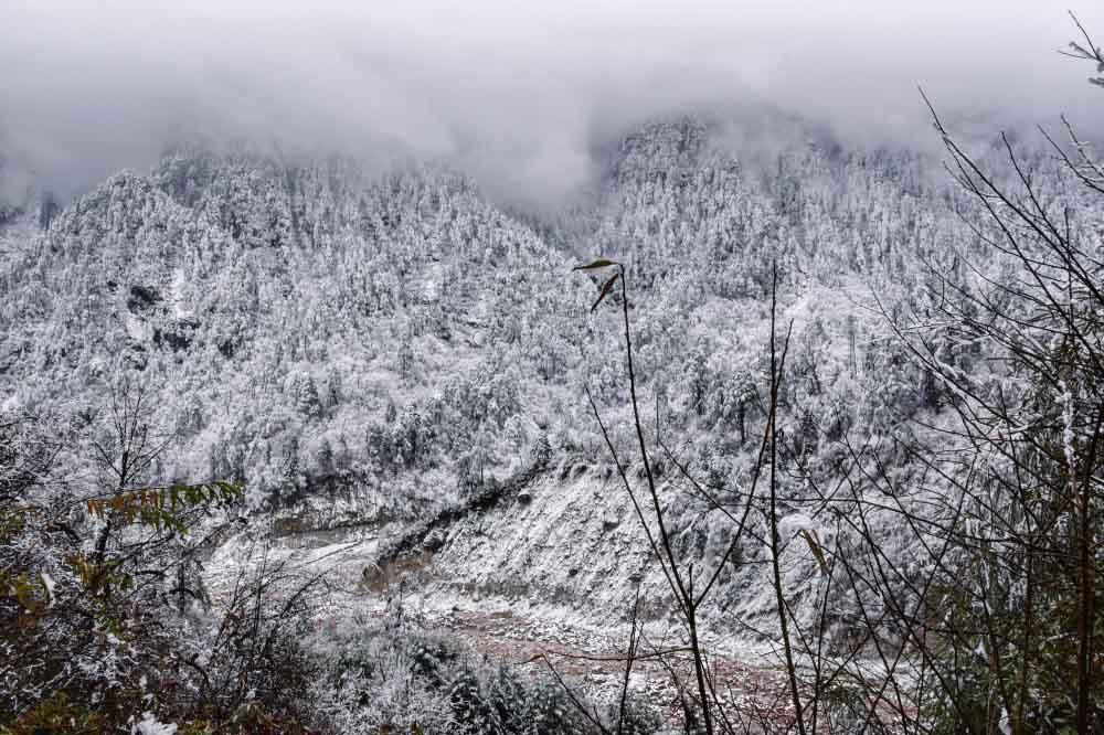 Bãi đá đỏ kỳ lạ được bao phủ bởi 15 ngọn núi tuyết ở độ cao 6000 mét - 1