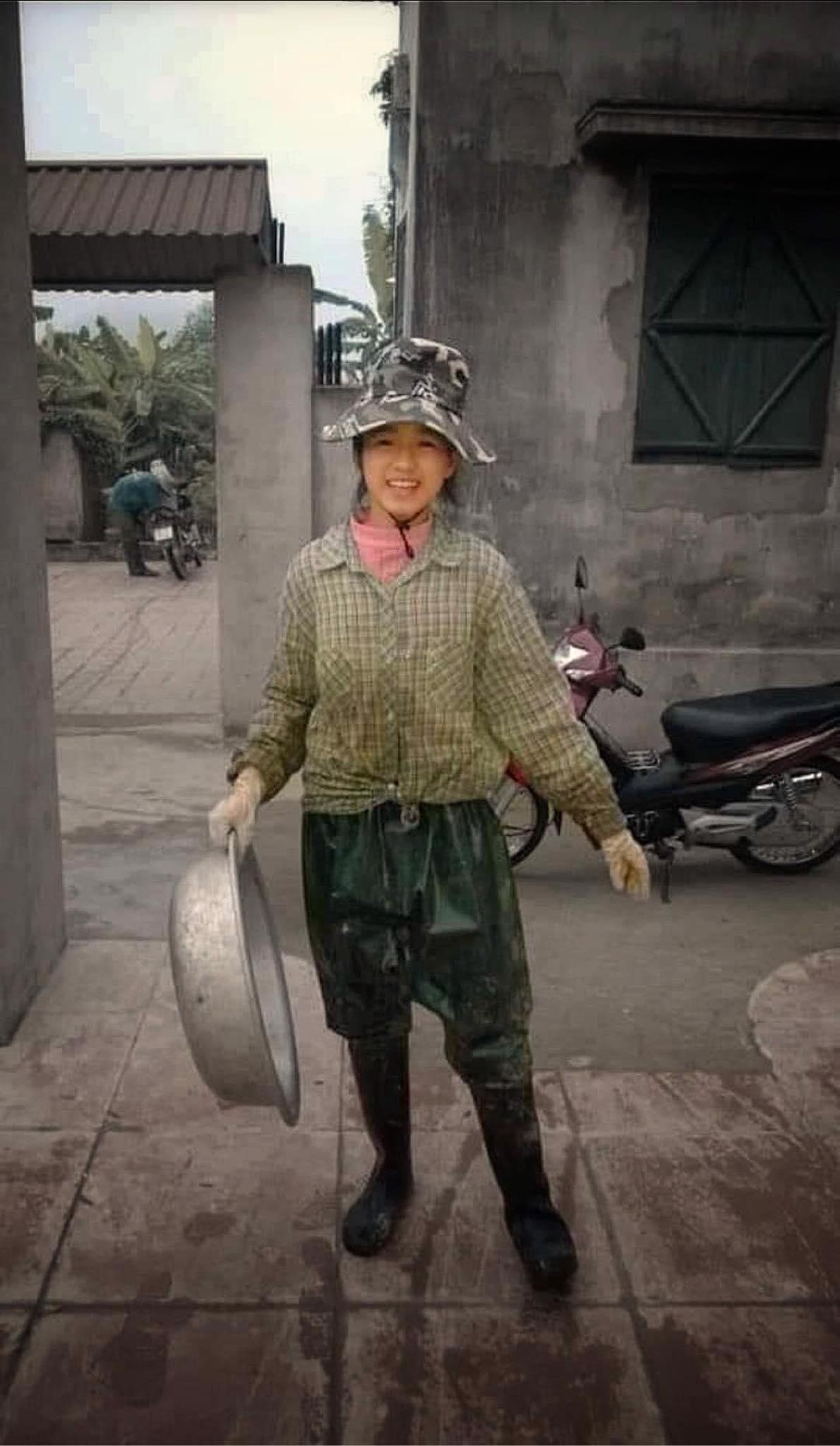 """Hoa hậu Đỗ Thị Hà khoe đôi chân cực phẩm 1m11 với mốt """"quần mất tích"""" - 2"""