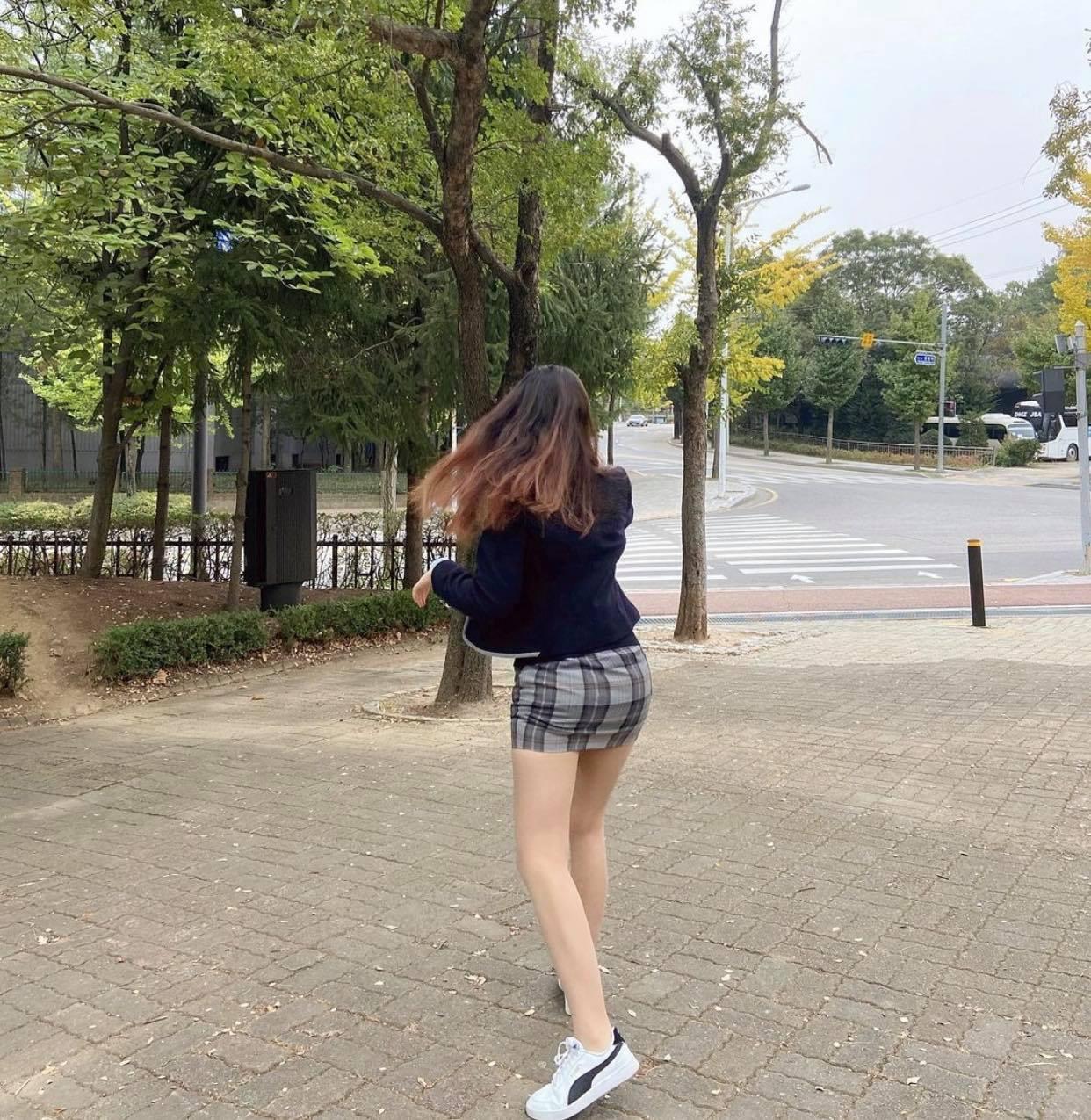 """Đồng phục kiệm vải của nữ sinh Hàn khiến nhiều người lo cho """"nghị lực nam sinh"""" - 6"""