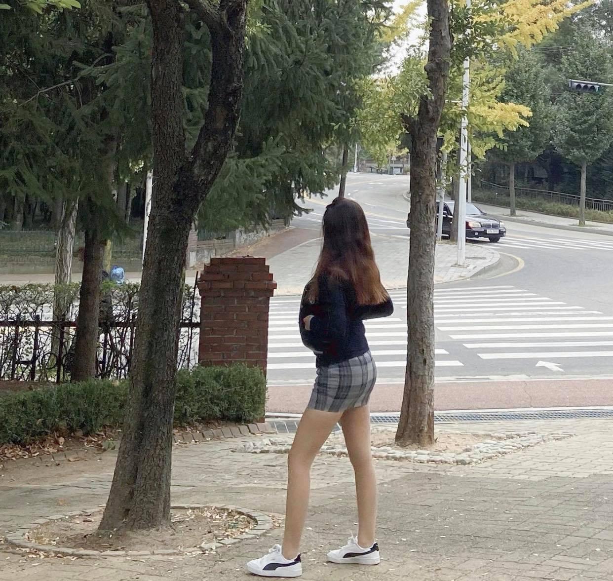 """Đồng phục kiệm vải của nữ sinh Hàn khiến nhiều người lo cho """"nghị lực nam sinh"""" - 4"""