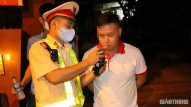 Tin tức 24h qua: Dùng côn nhị khúc đánh CSGT sau khi vượt đèn đỏ, nam thanh niên bị tạm giữ - 2