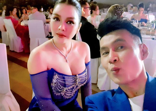 Trong một sự kiện gần đây, người đẹp Lý Nhã Kỳ gây chú ý trong bức hình selfie cùng nam ca sĩ Đoan Trường.
