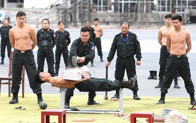 Cảnh sát cơ động khổ luyện trên thao trường, sẵn sàng bảo vệ Đại hội Đảng - 3