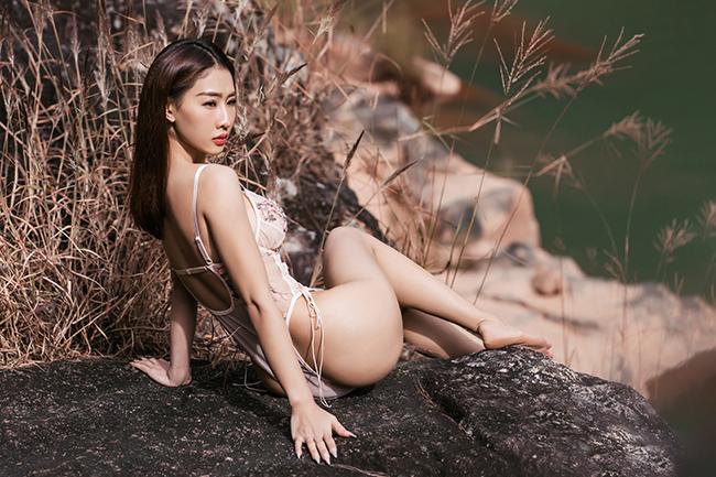 DJ Oxy vừa buổi diễn tại một sự kiện ở Đà Lạt, Lâm Đồng. Nhân chuyến đi này, cô tham quan cácđịa danh nổi tiếng tại đây. Trước vẻ đẹp nên thơ ở một hồ đá, nữ DJ 'gợi cảm nhất châu Á' quyết định thực hiện một bộ ảnh bikini để làm kỷ niệm.