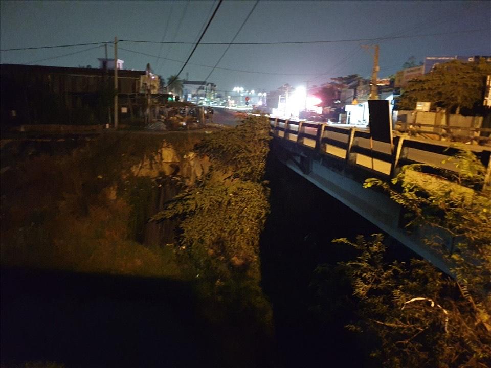Xe bán tải mất lái húc xe máy và 3 người bị rơi xuống kênh - 1