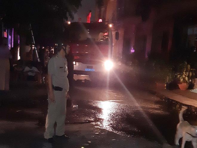 Cảnh sát cứu 5 người trong căn nhà cháy ở Sài Gòn - 1