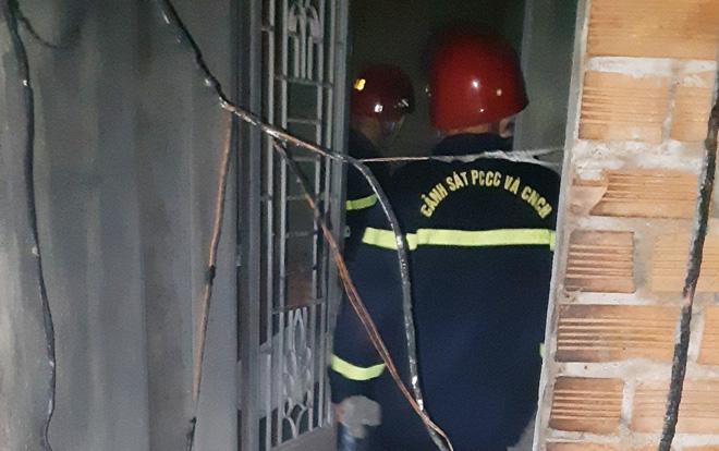 Cảnh sát cứu 5 người trong căn nhà cháy ở Sài Gòn - 2