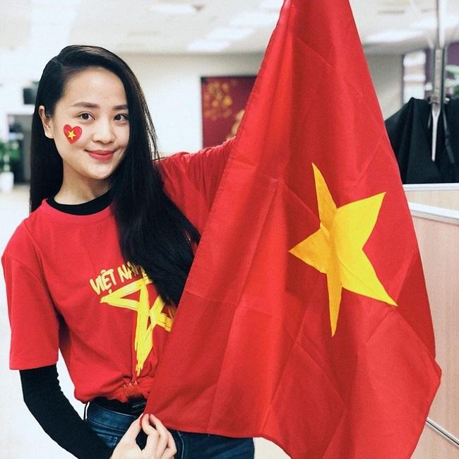 Cũng như Mai Ngọc, Hoàng Ngọc Bích được biết đến là MC, BTV thời tiết xinh đẹp. Cô từng nhận được nhiều lời khen của dư luận khi lăn xả tác nghiệp đúng tâm bão Haiyan (Hà Tĩnh) cách đây hơn 7 năm.