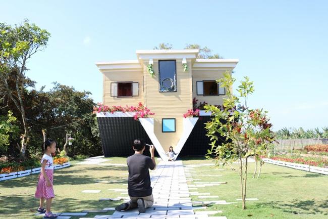 Xét về tổng thể kiến trúc, đây có lẽ là căn nhà hiếm có ở Việt Nam vì cách thiết kế lạ lùng của nó.