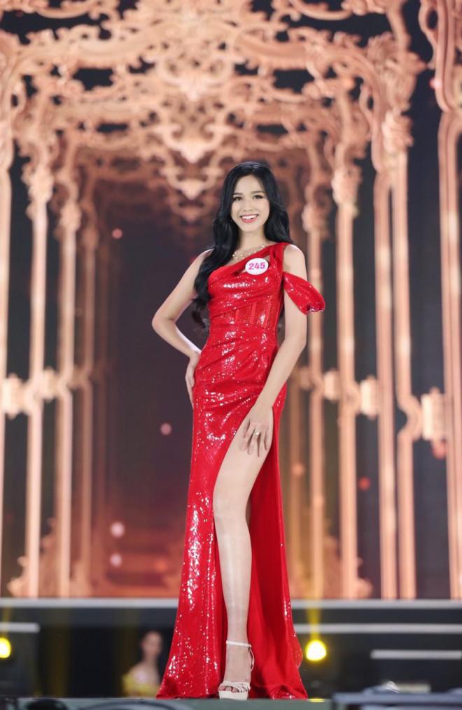 Tuyển tập những bộ váy gam màu đỏ tôn vóc dáng cực nóng bỏng của Hoa hậu Đỗ Thị Hà - 1
