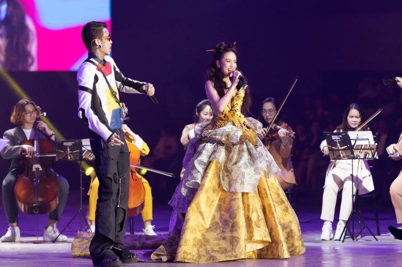 Hoàng Thuỳ Linh khoe vai trần gợi cảm trong thiết kế váy phượng hoàng - 1
