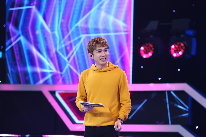 """Quán quân """"Tiếu Lâm Tứ Trụ"""" Trịnh Minh Dũng """"văng sụn mũi"""" ngay trên sân khấu - 1"""