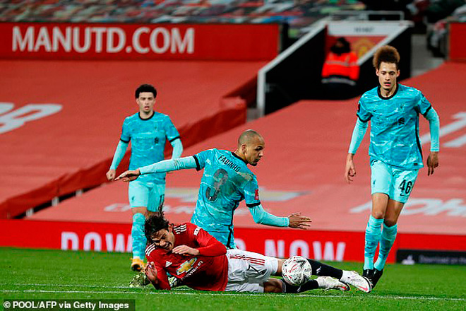 Tranh cãi MU thắng Liverpool nhờ trọng tài: Cavani ăn vạ, Fabinho bị oan? - 1