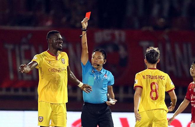 Vòng 2 V-League 2021 dậy sóng vì những thẻ đỏ gây tranh cãi - 1