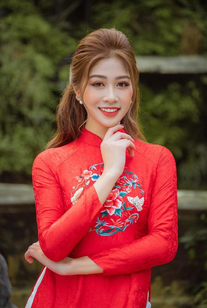 Nữ tiếp viên hàng không lọt Top 10 HHVN 2020 khoe nhan sắc rạng rỡ với áo dài Tết - 2