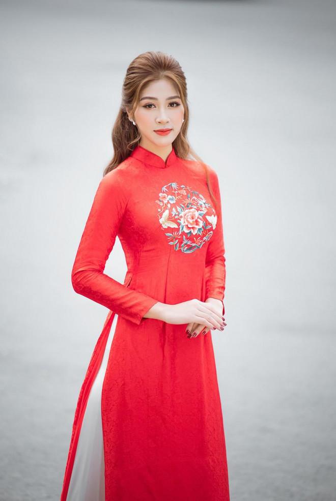 Nữ tiếp viên hàng không lọt Top 10 HHVN 2020 khoe nhan sắc rạng rỡ với áo dài Tết - 4