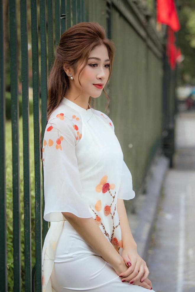 Nữ tiếp viên hàng không lọt Top 10 HHVN 2020 khoe nhan sắc rạng rỡ với áo dài Tết - 13