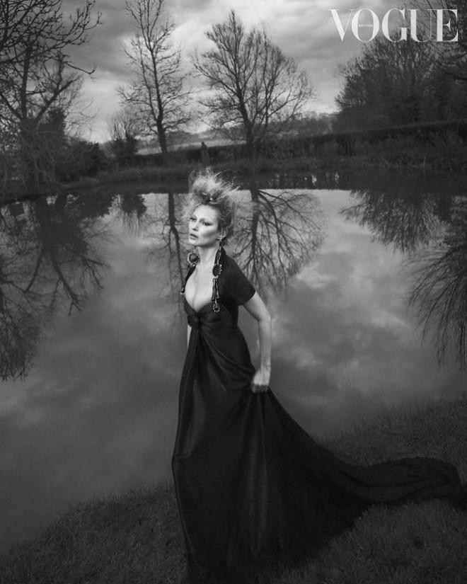 Kate Moss U50 gợi cảm đầy sức sống - 1