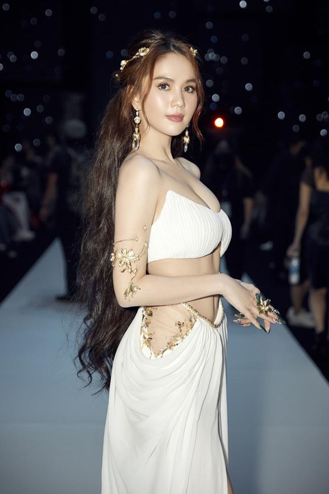 Nữ hoàng nội y Ngọc Trinh thu hút chú ý tại Tuần lễ thời trang quốc tế Việt Nam 2020.