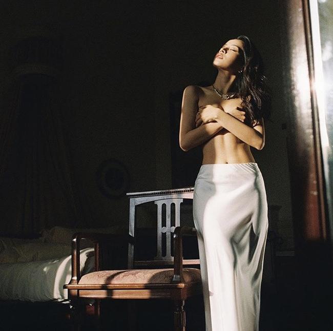 """Đây không phải là lần đầu Chi Pu khiến người khác """"trầm trồ"""" khi tung ảnh gợi cảm mà trước đó cô từng khoe khoảnh khắc bán nude đúng ngày mùng 1 Tết."""