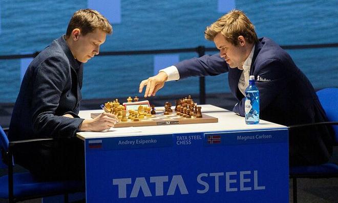 """Rúng động """"vua cờ"""" Carlsen thua cay đắng đối thủ mới 18 tuổi - 1"""