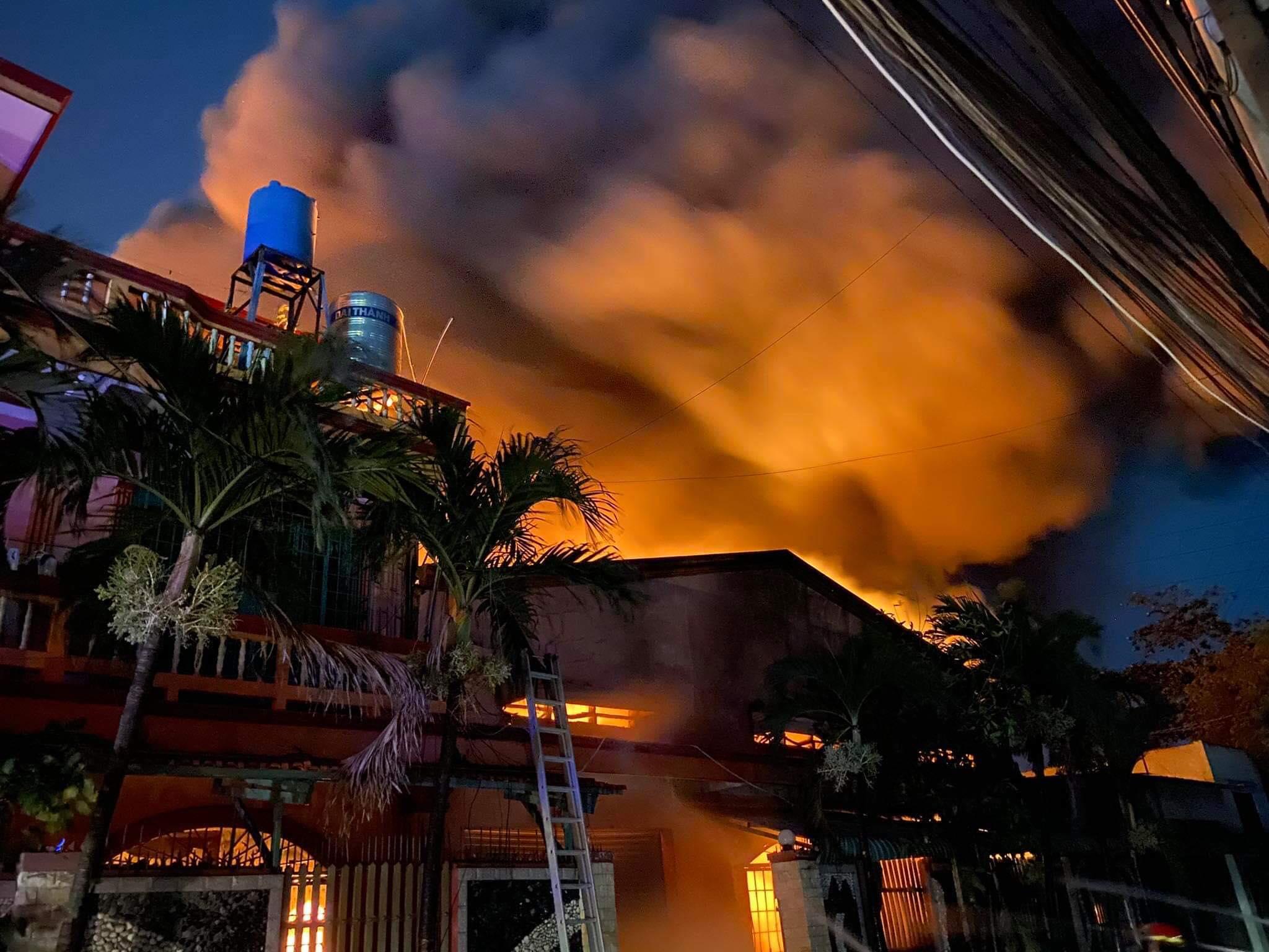 Đang cháy lớn tại kho chứa vải ở Sài Gòn - 2