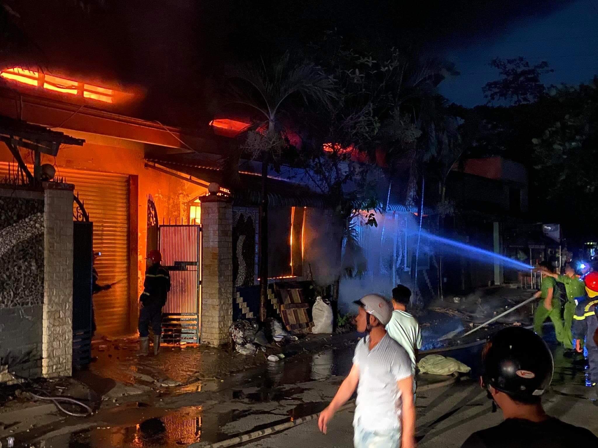 Đang cháy lớn tại kho chứa vải ở Sài Gòn - 1