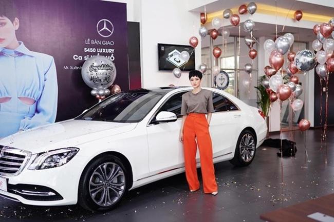 Nhờ sự nỗ lực và cố gắng, tháng 7.2020, nữ ca sĩ sinh năm 1997 tậu chiếc Mercedes-Benz S450L Luxury có giá khoảng 5 tỷ đồng.