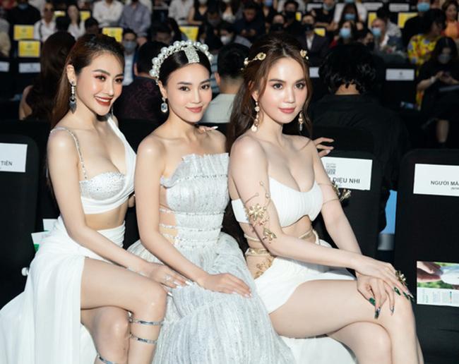 Bên cạnh đó, Ngọc Trinh cũng vướng lùm xùm cùng hai người đẹp khác liên quan tới chuyện hậu trường của tuần lễ thời trang.