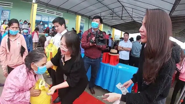 Thái độ bất ngờ của Thủy Tiên khi phát tiền từ thiện tại vùng cao - 1