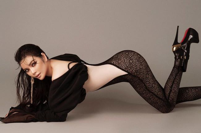 Người đẹp Lý Nhã Kỳ cũng làm dân tình xôn xao với bức hình khoe đường cong sexy với thiết kế ren xuyên thấu.