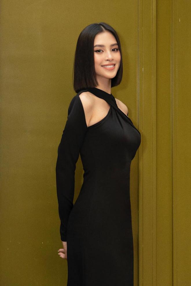 Diện đầm đen bó sát, Hoa hậu Tiểu Vy khoe đường cong uốn lượn ngày càng quyến rũ - 1