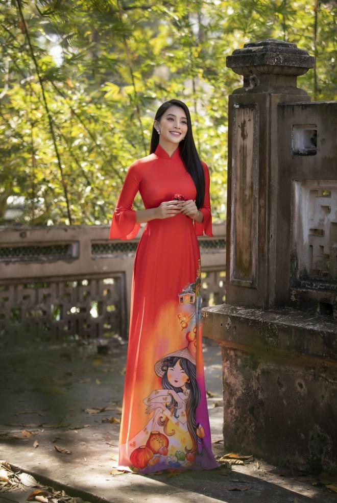 Chưa bao giờ Hoa hậu Tiểu Vy dịu dàng e ấp đến thế trong tà áo dài chúc Tết - 1