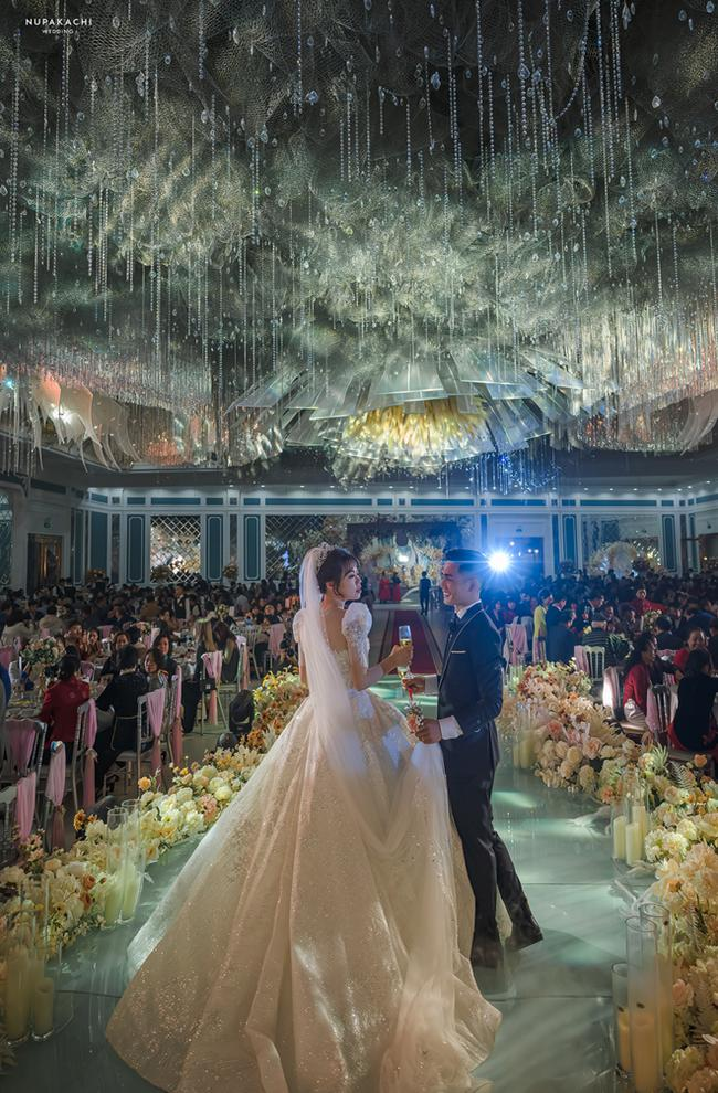 Bố tự thiết kế đám cưới tiền tỷ cho con gái, gần 300 xế hộp xếp chật kín đường - 1