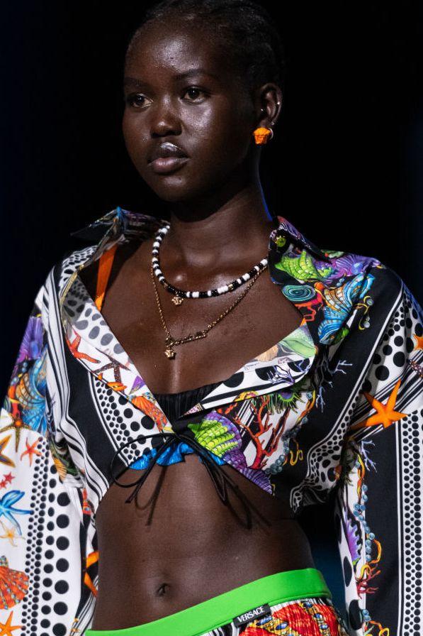 Xu hướng trang sức năm 2021: Túi mini làm dây chuyền mới chuẩn trend - 1