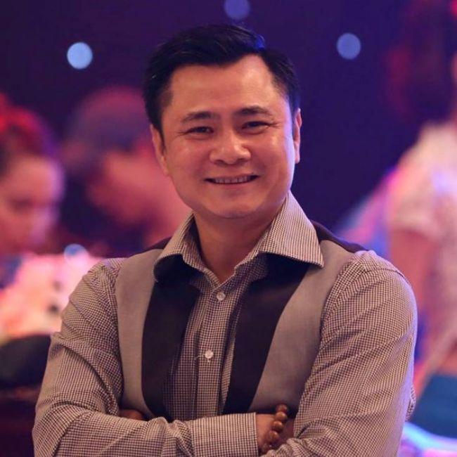 Sinh ra tại Bắc Ninh, trong một gia đình có truyền thống làm nghệ thuật. Bố mẹ của Tự Long đều công tác tại đoàn quan họ của tỉnh. Vì thế ngay từ nhỏ Tự Long đã được tiếp xúc với nghệ thuật.