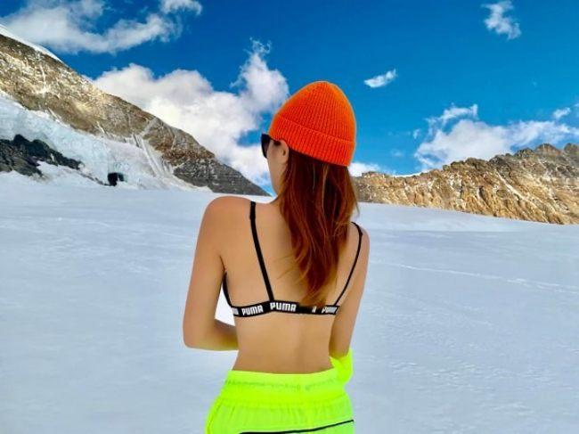 Cô sử dụng thêm phụ kiện là mũ len và mắt kính tăng độ thời thượng trong mỗi bức hình.