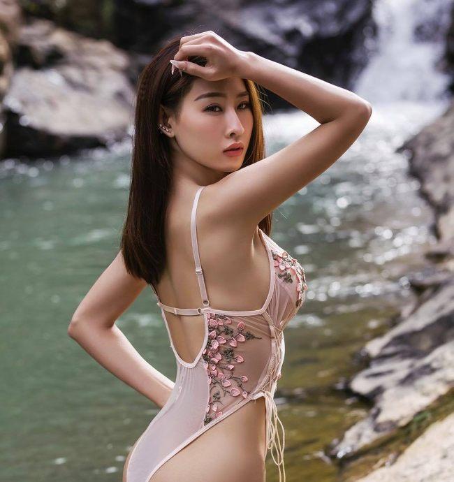 Cô mặc đồ bơi mỏng xuyên thấu, khoét cao trên hông.